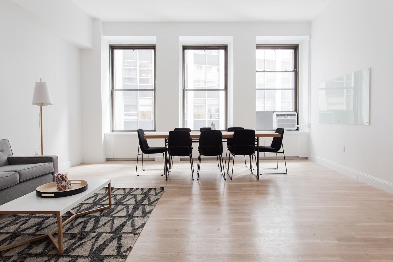 Staubsaugen unter großen Möbeln