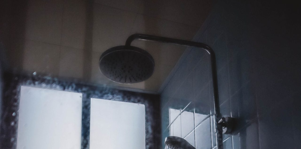 Regendschukopf im Badezimmer